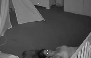 La madre se desplaza por debajo de la cama como si estuviera poseída.