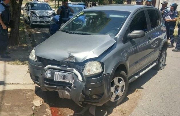 El auto había sido robado a una mujer, que fue arrastrada varios metros.