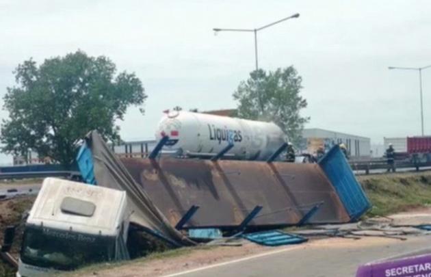 Chocaron dos camiones y uno explotó.