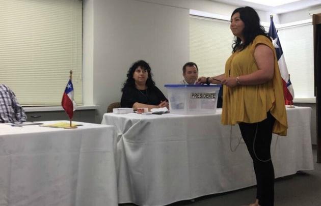En Nueva Zelanda, Giovanna Paine fue la primera chilena en votar en el ballottage.