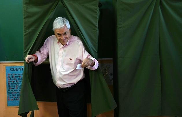 Piñera votó en una escuela de Santiago de Chile. (AFP/Martin Bernetti)