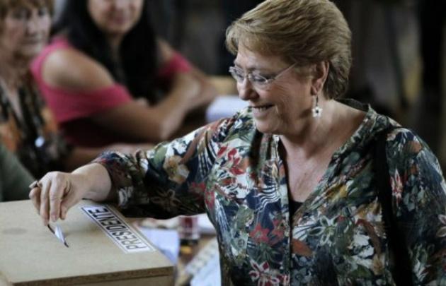 Bachelet emite su sufragio en el balotaje.