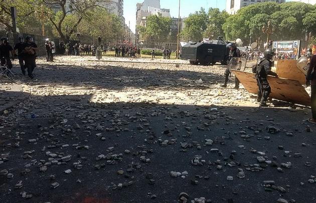 Lluvia de piedras contra la policía en las inmediaciones del Congreso.
