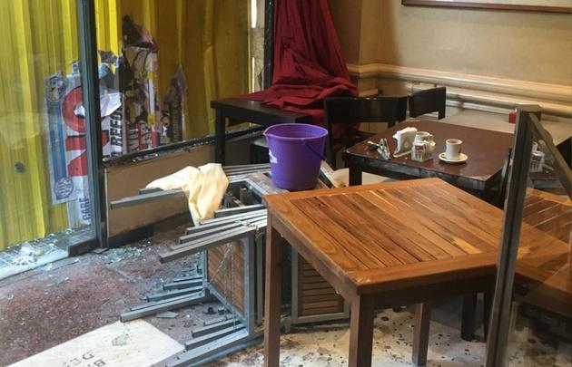 El bar sufrió destrozos en sus vidrieras e intentaron saquearlo.