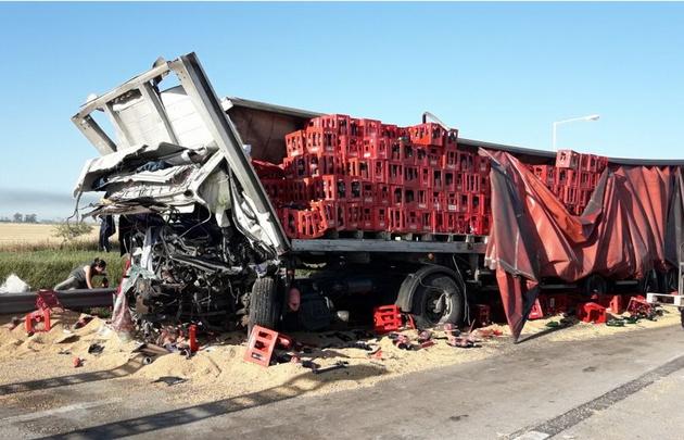 Así quedó uno de los camiones involucrados en el siniestro.