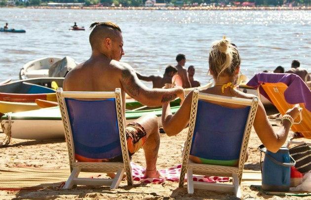 Rosarinos y turistas disfrutan de las playas en el río Paraná.