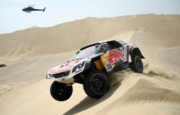 El Rally Dakar sigue a todo motor por caminos de Perú.