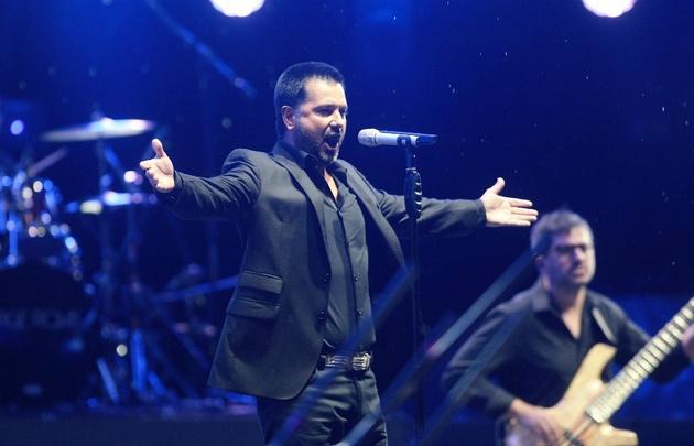 El neuquino cantó en el Martín Fierro por más de una hora ante 12 mil personas.