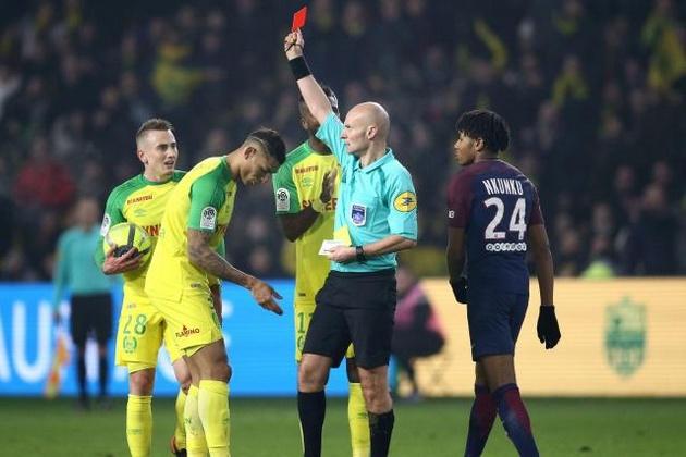 Tony Chapron expulsó al brasileño Diego Carlos ante la insólita mirada de todos.