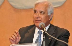Trump eligió al ex juez Edward Charles Prado como embajador.