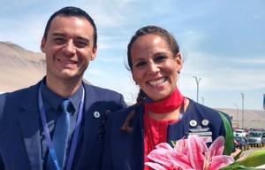 La pareja casada por el Papa, muy emocionada al bajar del avión.