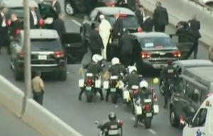 El Papa tuvo que cambiar dos veces de vehículo