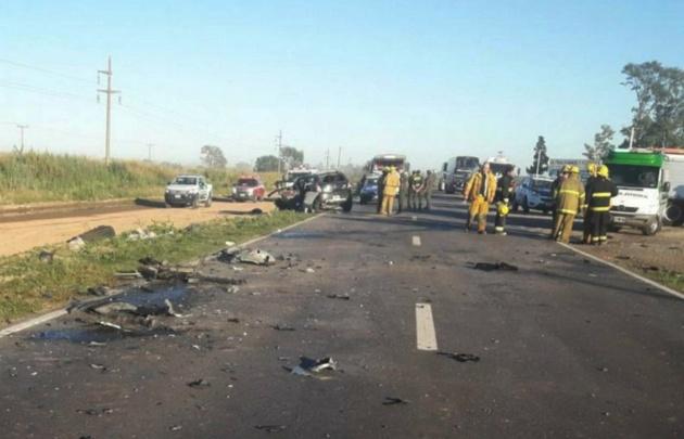 Policía y Bomberos trabajaron en el lugar del accidente.