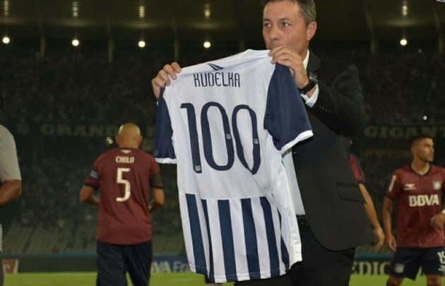 Kudelka, con la camiseta que le rinde tributo por su 100º partido en la ''T''.