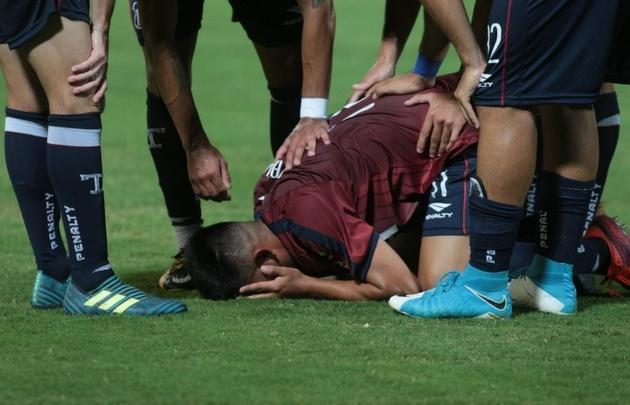 Aldo Araujo grita su gol y es felicitado por sus compañeros.