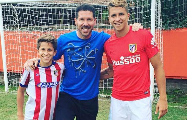 Gianluca Simeone junto a su hermano Giuliano y su padre, Diego