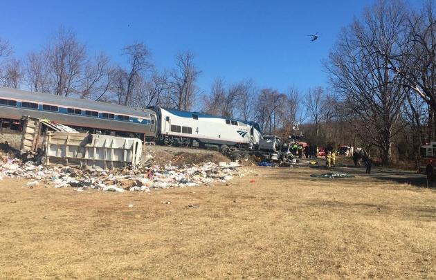El tren descarriló e impactó con un camión de basura.