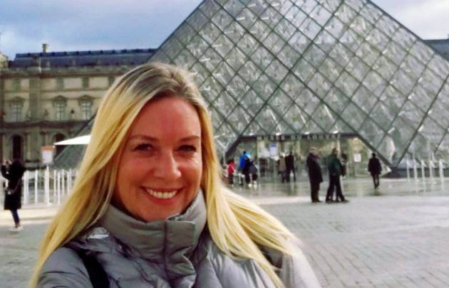 Celeste Benecchi en el Louvre
