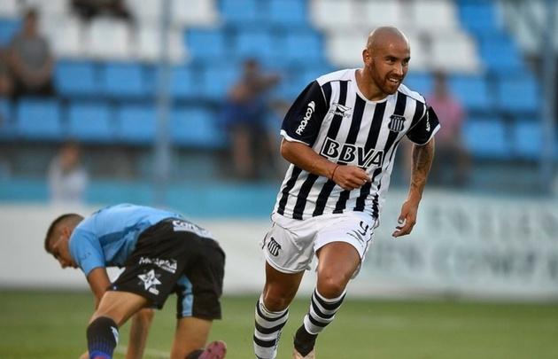 Junior Arias grita su gol y Temperley lo sufre (Foto: @CATalleresdecba)