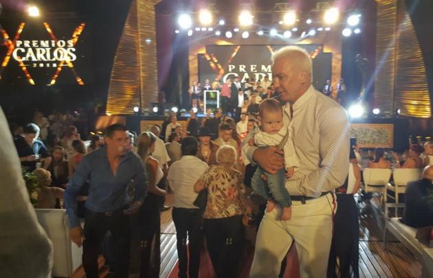 Flavio Mendoza y su sobrino en la entrega de los Premios Carlos, en Carlos Paz.