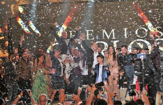 """El elenco de """"Bien Argentino"""" desató su alegría al recibir el máximo galardón."""