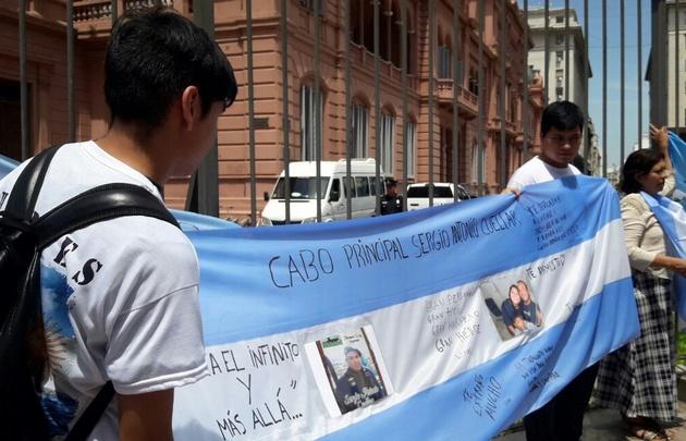 Familiares de las víctimas del Ara San Juan reunidos frente a Casa Rosada.