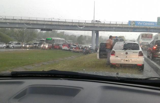 Caos en el tránsito cuando los autos se resguardan bajo los puentes.