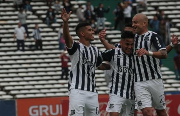 Olaza, Ortiz y Silva festejan el primer gol de Talleres.