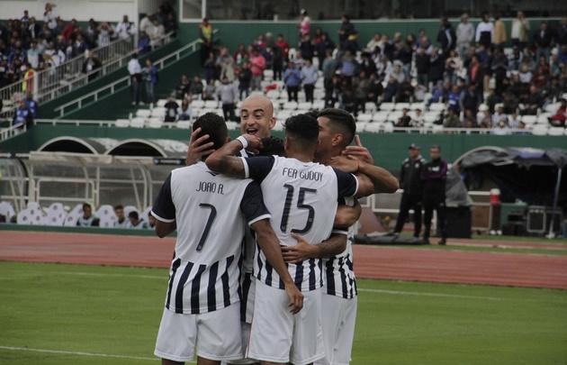 Los jugadores de Talleres celebran la apertura del marcador.