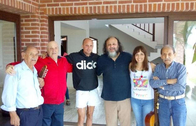 Coletti junto a su padre y los primeros mentores de grupo.