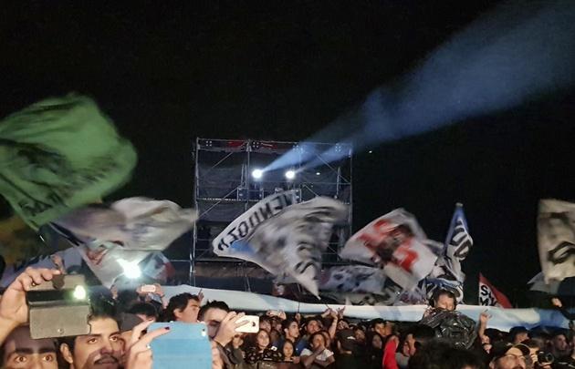Las banderas y los pogos, principales protagonistas del público.