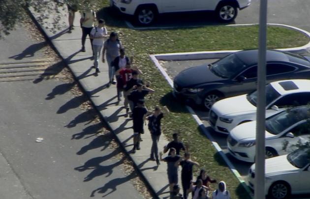 Los alumnos fueron evacuados de la escuela (Foto: captura de pantalla)