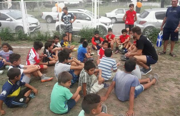 La escuelita de fútbol alberga a 50 chicos.