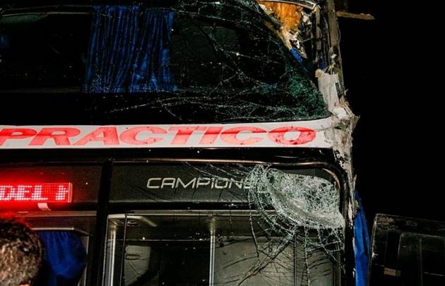 El colectivo en el que viajaban los músicos del Loco Amato, sufrió un accidente.