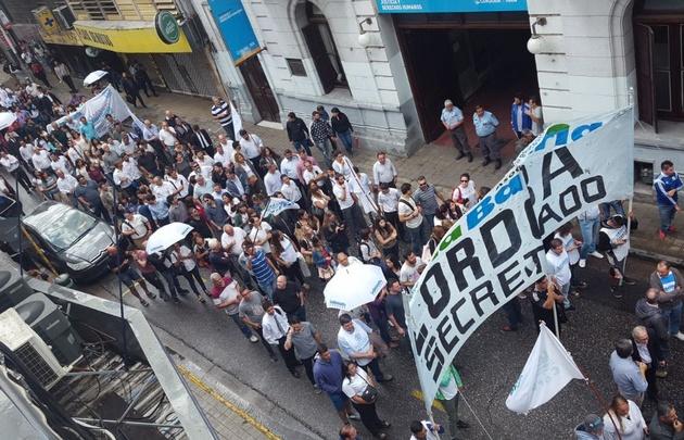 Manifestantes de la bancaria protestan en la ciudad de Córdoba.