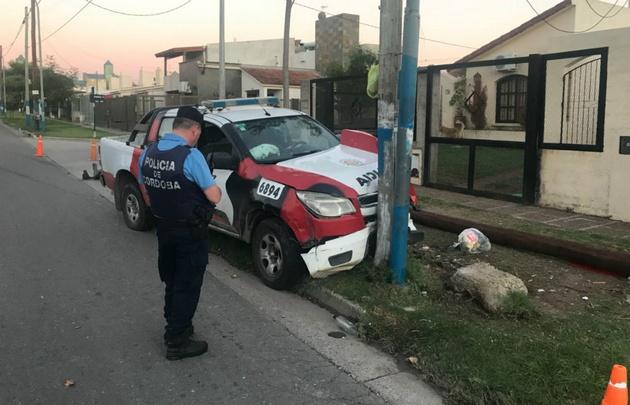 Así quedó el patrullero tras el violento choque.
