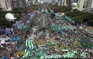 Una multitud se concentró en la 9 de Julio para marchar contra las políticas de Macri