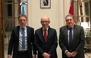 Dujovne con su par español Cristóbal Montoro y el embajador argentino, Ramón Puerta.