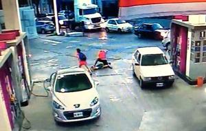 Motochorro agredido en una estación de servicio