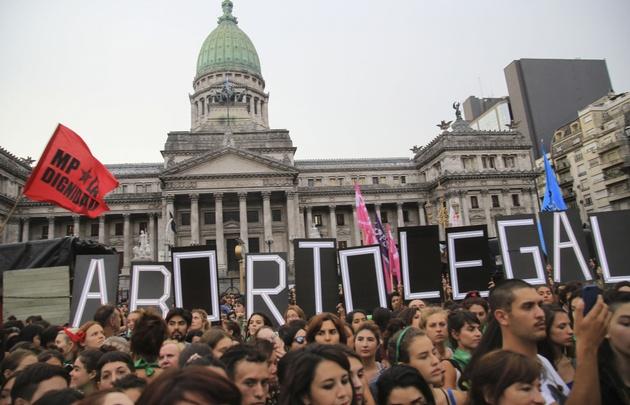 Una nutrida marcha a favor del aborto se realizó el lunes frente al Congreso.