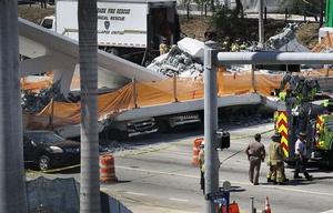 Varios autos aplastados por la pesada estructura.