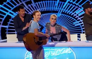 El beso que le robó Katy Perry a un joven participante de American Idol.