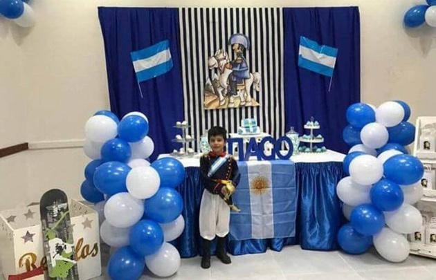 Tiago, de 7 años, festejando su cumpleaños vestido de San Martín
