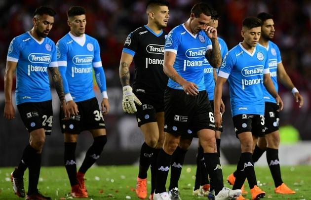 Los jugadores de Belgrano se retiran apesadumbrados tras la derrota ante River.