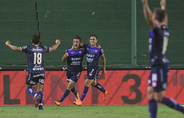 Los jugadores de Unión celebran uno de los goles en el Sola.