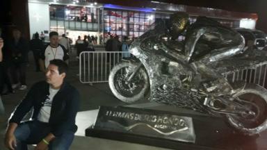 AUDIO: Inauguraron una escultura de Valentino Rossi
