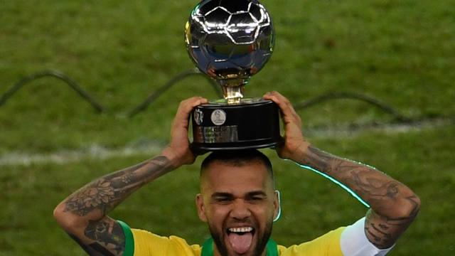 FOTO: Dani Alves levanta la copa en el estadio Maracaná.
