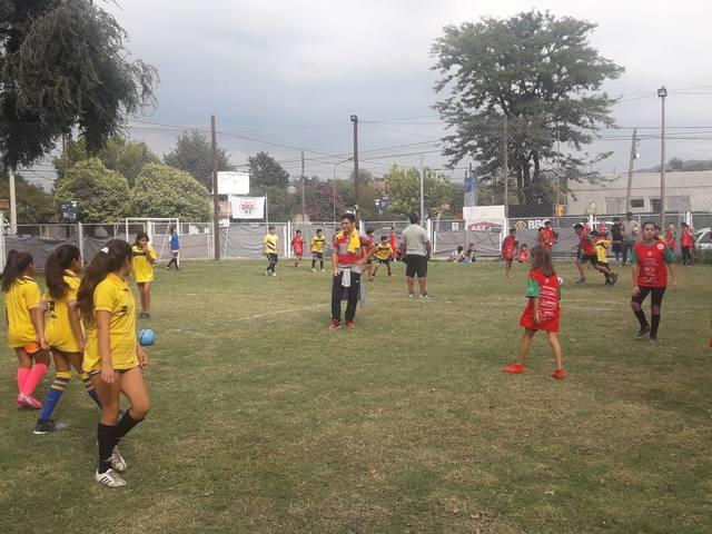 FOTO: Jugadores de River sorprendieron a chicos en Villa Allende