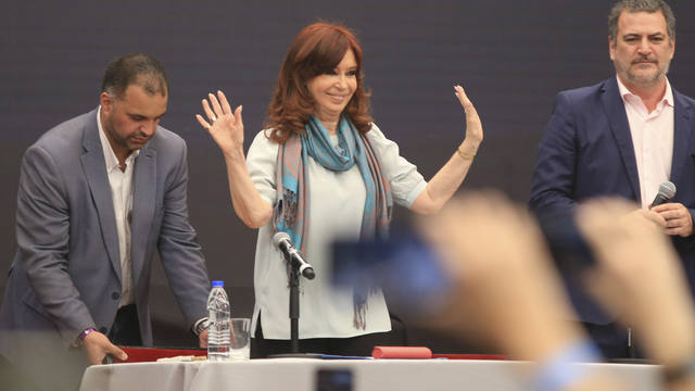 FOTO: CFK, entre los jueces y la hinchada
