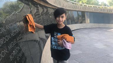 AUDIO: Distinguen al niño que lustra el Monumento a los Caídos